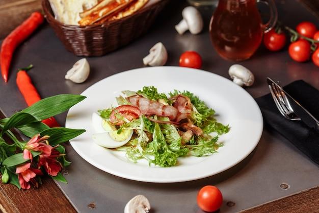 Salade légère aux légumes bacon cerise champignons grillés tomates oeuf