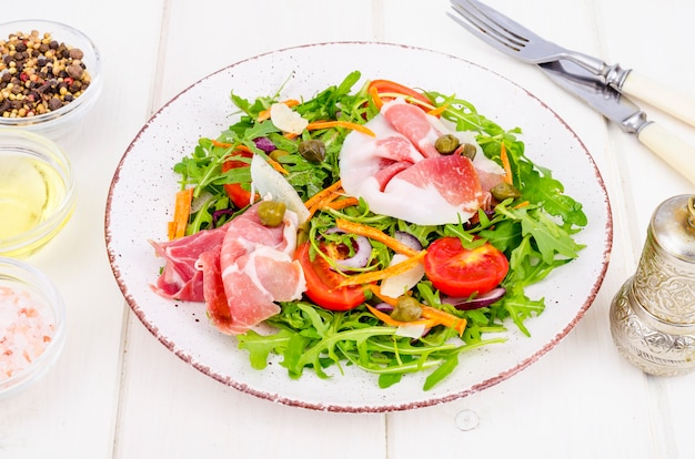 Salade légère de légumes. concept de perte de poids