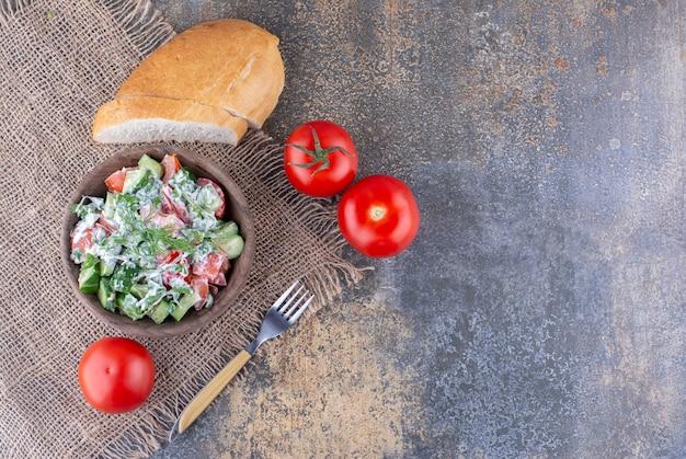 Salade de légumes avec des aliments et des herbes hachés et émincés