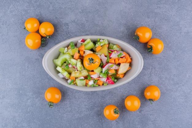 Salade de légumes avec des aliments de saison dans un plat en céramique