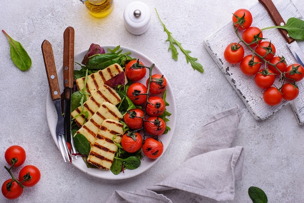 Salade de légumes au fromage halloumi grillé