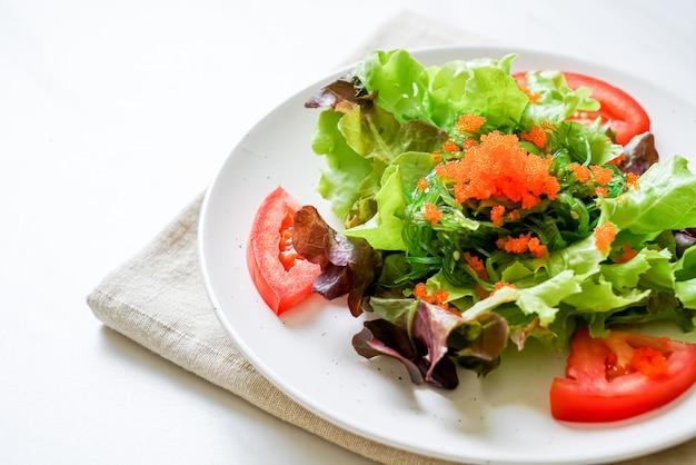 Salade de légumes aux algues japonaises et œufs de crevettes