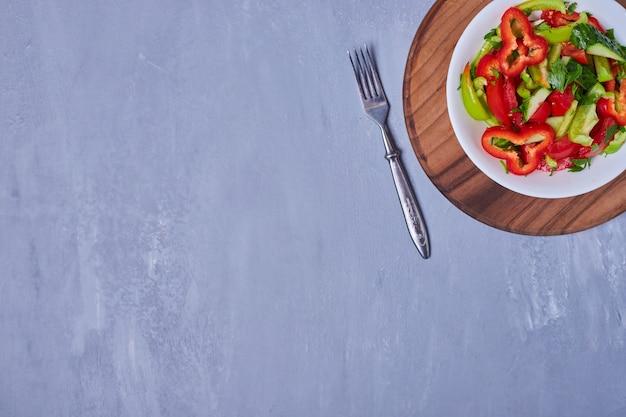 Salade de légumes aux herbes et épices sur bleu