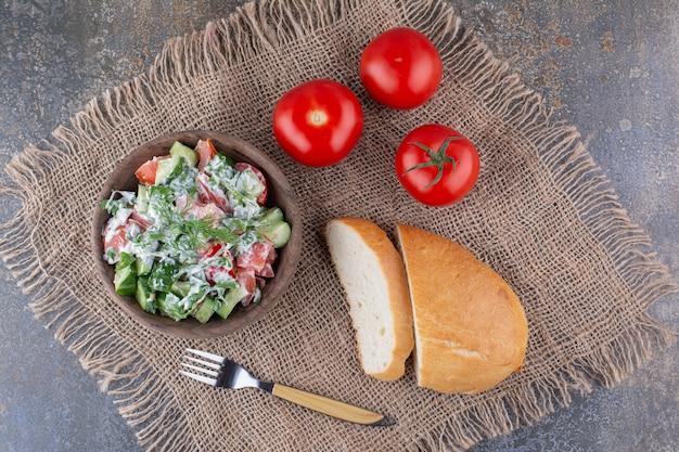 Salade de légumes aux herbes et tomates rouges dans une assiette