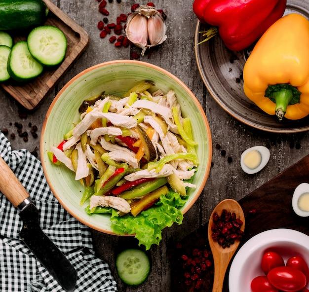 Salade de légumes aux morceaux de poulet