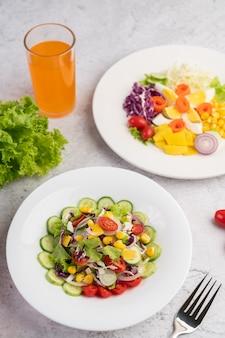 Salade de légumes aux œufs durs dans un plat blanc.