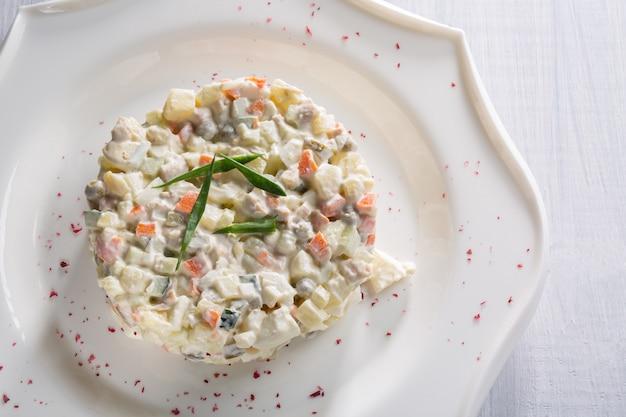Salade de légumes aux petits pois et aux herbes sur une plaque blanche