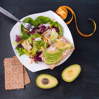 Salade de légumes à l'avocat sur pain croustillant