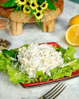 Salade de légumes avec beaucoup de mayonnaise