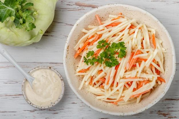Salade de légumes de chou-rave avec carottes et pomme