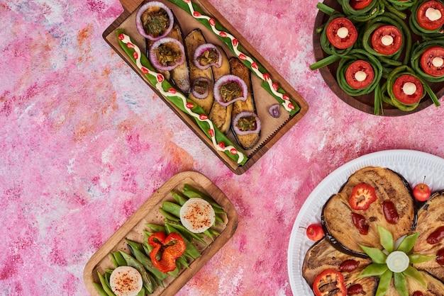 Salade de légumes et collations sur une planche de bois.