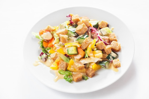 Salade de légumes et croûtes
