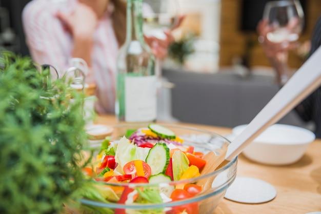 Salade de légumes avec une cuillère en bois