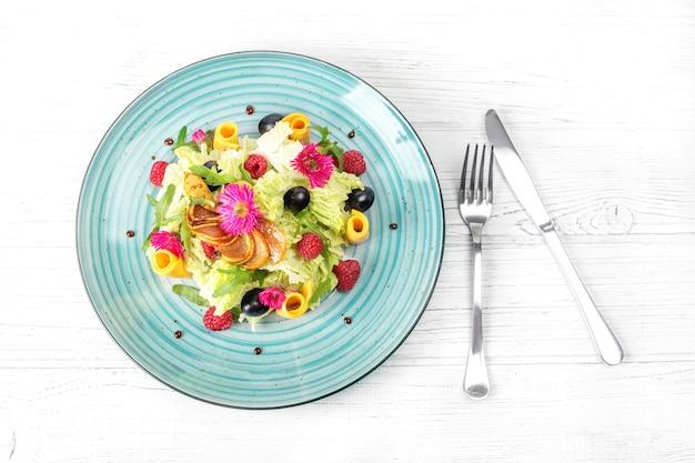 Salade de légumes dans une assiette.