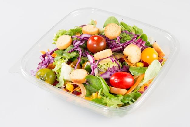 Salade de légumes dans un gobelet en plastique transparent à emporter