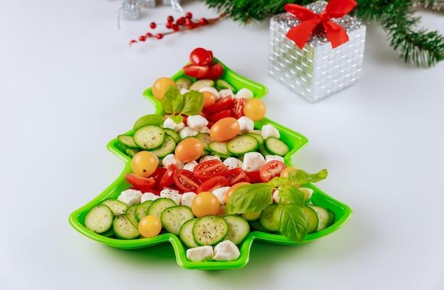Salade de légumes en forme d'arbre de noël avec décoration.
