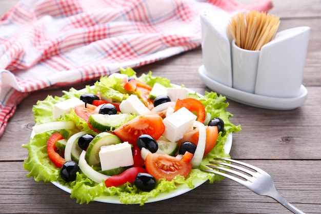 Salade de légumes frais en bois gris