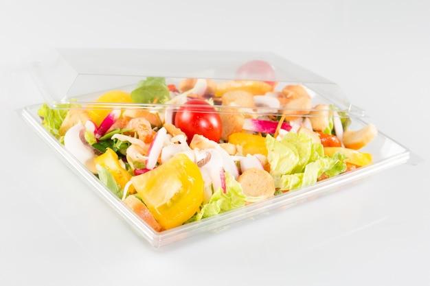 Salade de légumes frais dans un bol à emporter en plastique