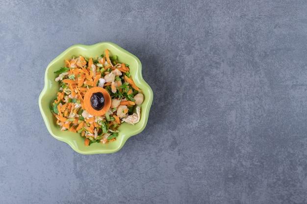 Salade de légumes frais dans un bol vert.