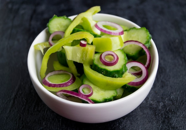 Salade de légumes frais sur fond noir