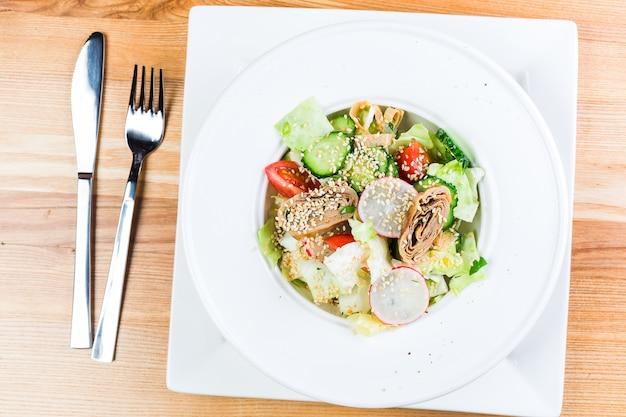Salade de légumes frais avec galette frite