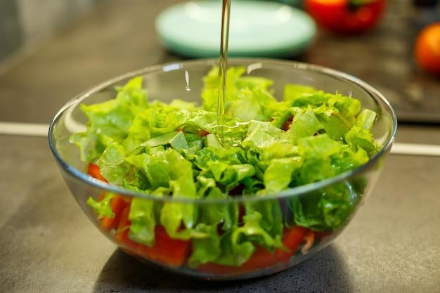 Salade de légumes frais hachés dans une assiette pour une fille végétarienne