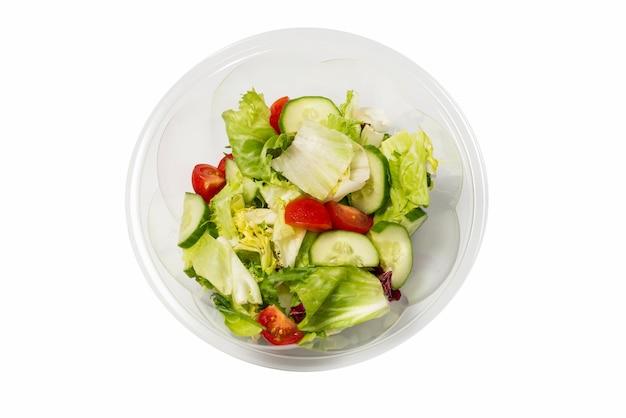 Salade de légumes frais isolé sur une surface blanche
