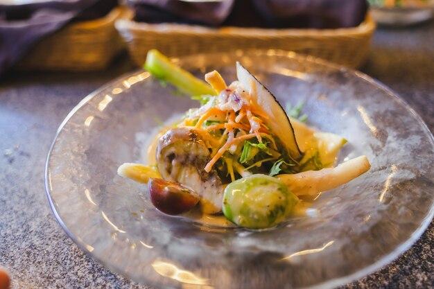 Salade de légumes frais sur des plaques de verre