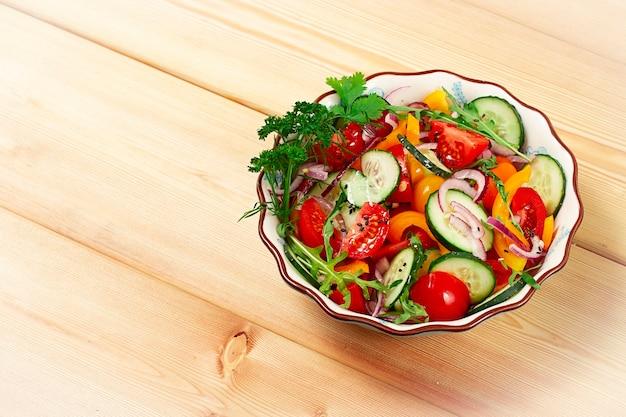 Salade de légumes frais sur une table en bois vue de dessus horizontal aucun peuple