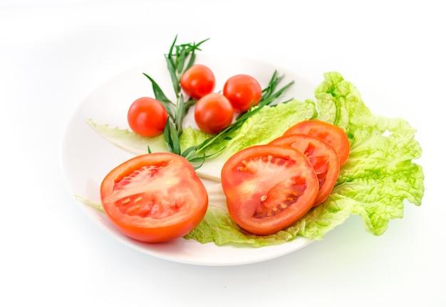 Salade de légumes frais à la tomate.