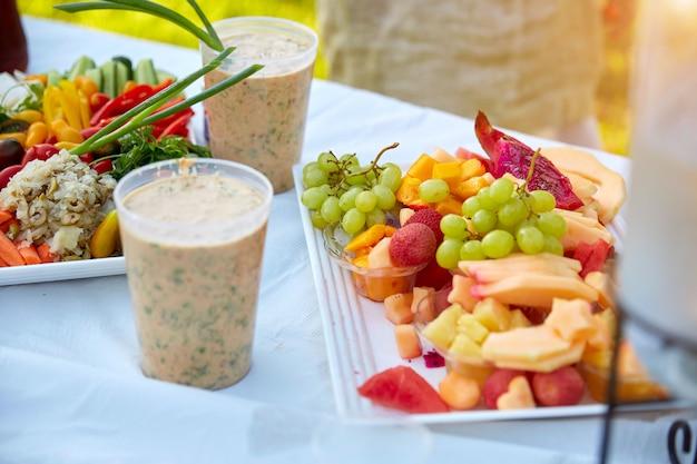 Salade de légumes frais avec vinaigrette ranch servie à la fête d'anniversaire.