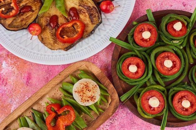 Salade de légumes et de fruits sur des planches de bois.