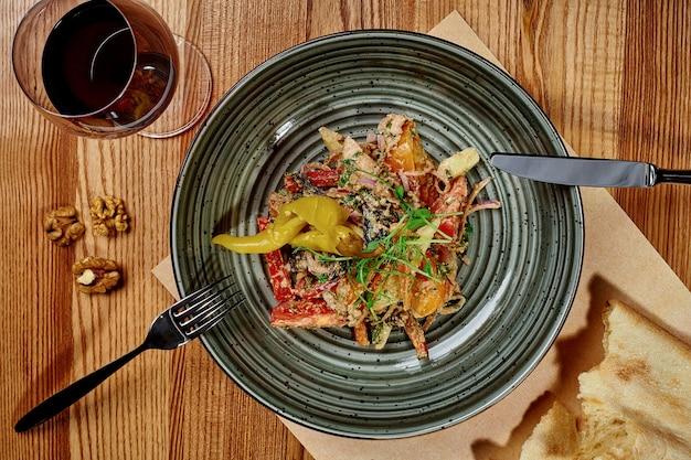 Salade de légumes géorgienne avec vinaigrette aux noix et poivre mariné