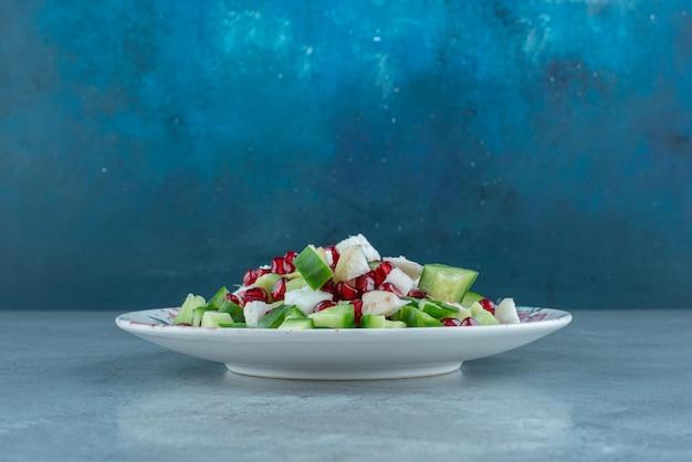 Salade de légumes hachés et émincés dans une assiette.
