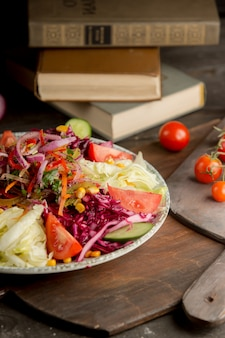 Salade de légumes avec des ingrédients mélangés.