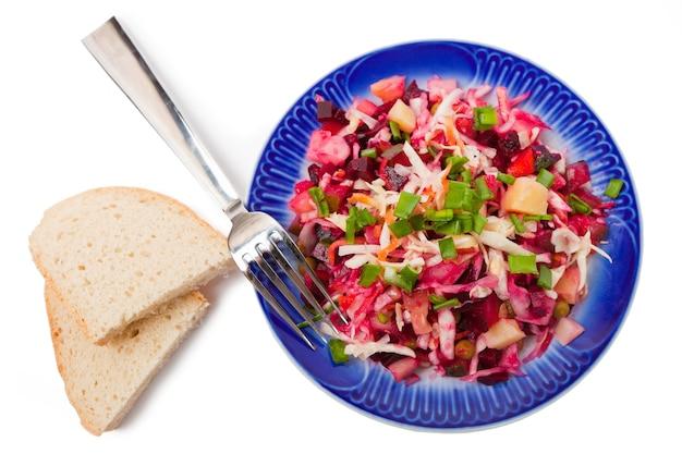 Salade de légumes isolé sur fond blanc