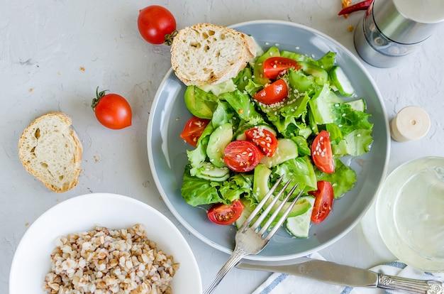 Salade de légumes de laitue fraîche, tomates cerises, concombres, radis, verts et oignons
