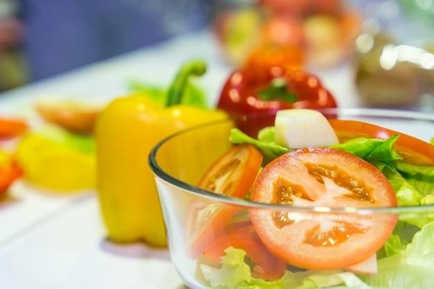 Salade de légumes et de légumes verts sur la table