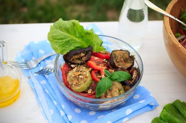 Salade de légumes méditerranéens sains avec des aubergines et des courgettes grillées à l'extérieur en été