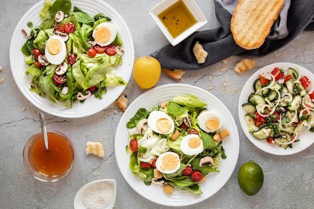 Salade de légumes et œufs sur table