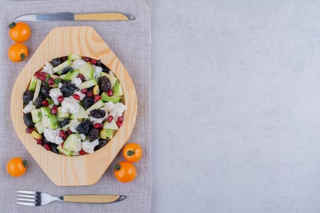 Salade de légumes, olives noires et graines de grenade