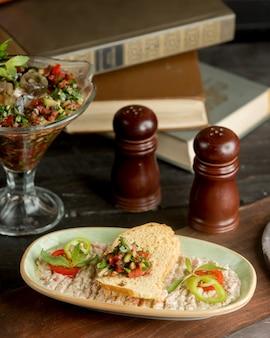 Salade de légumes avec pain blanc et sauce