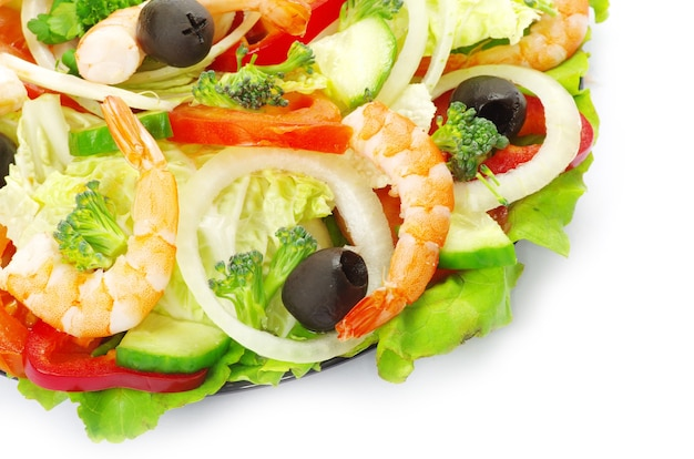 Salade de légumes en plaque sur blanc