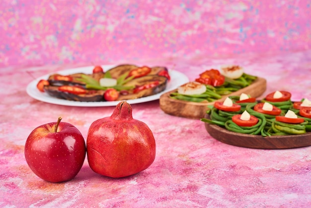 Salade de légumes sur un plateau en bois.