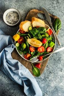Salade de légumes sains sur fond rustique avec espace copie