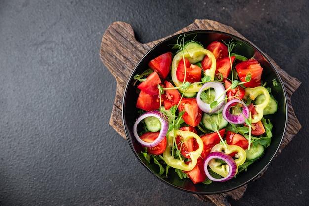 Salade légumes tomate concombre poivre oignon huile d'olive sain nourriture frais portion végétarien
