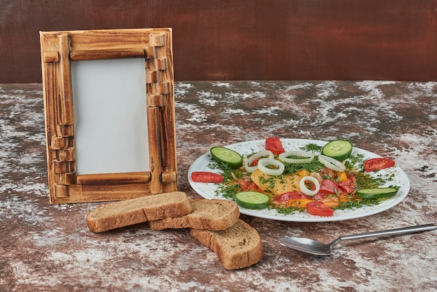 Salade de légumes avec des tranches de pain.