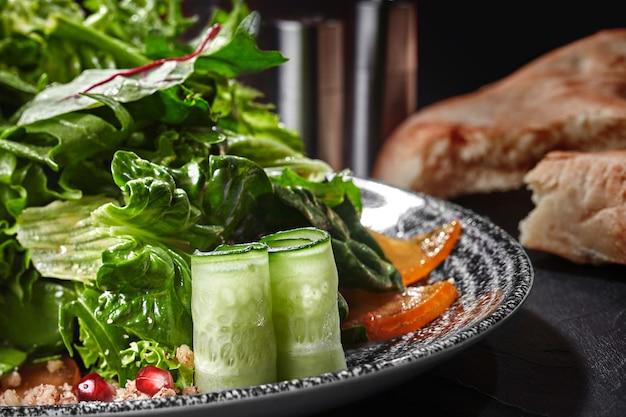 Salade de légumes verts concombre kaki grenade et noix râpées