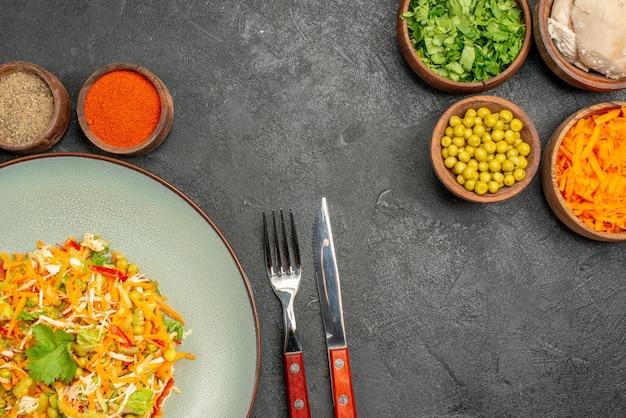 Salade de légumes vue de dessus avec des ingrédients sur le bureau gris salade de nourriture diététique santé