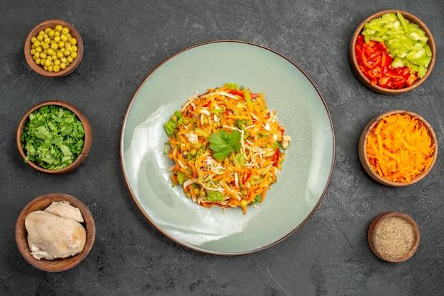 Salade de légumes vue de dessus avec des ingrédients sur le régime alimentaire de la salade de santé grise